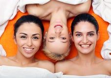 Mädchen innen in der BADEKURORT-Mitte Stockfotos
