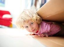 Mädchen innerhalb eines Papierkastens Stockfotografie