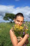 Mädchen iwith Wildflowerblumenstrauß Stockfoto