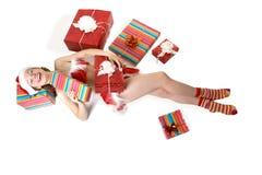 Mädchen liegt auf dem Fußboden. Lizenzfreie Stockfotos
