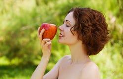 Mädchen mit Apfel draußen Lizenzfreie Stockfotografie