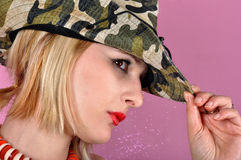 Mädchen mit Armeehut Stockfoto