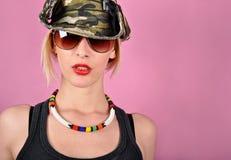 Mädchen mit Armeehut Stockfotos
