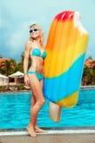 Mädchen mit aufblasbarer Matratze Lizenzfreie Stockfotos