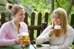 Mädchen mit Bier Lizenzfreie Stockbilder
