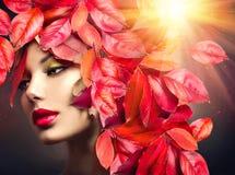 Mädchen mit bunter Herbstlaubfrisur Stockfotografie