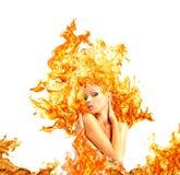 Mädchen mit dem Haar aus dem Feuer heraus Stockbild