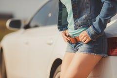 Mädchen mit den schönen Beinen im Auto Stockfotografie