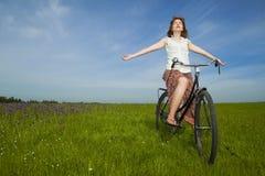 Mädchen mit einem Fahrrad Stockbild