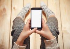 Mädchen mit einem Telefon in ihren Händen Stockbilder