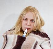 Mädchen mit einem Thermometer Stockbild