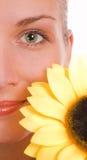 Mädchen mit einer Sonnenblume Stockbilder