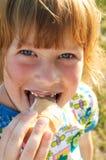 Mädchen mit Eiscreme Lizenzfreie Stockbilder