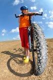Mädchen mit Fahrrad Lizenzfreies Stockfoto