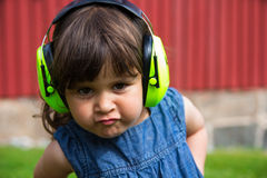 Mädchen mit Gehörschutz Stockfotos