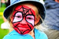 Mädchen mit gemaltem Spidermangesicht Stockbild