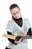 Mädchen mit Gläsern ein Buch lesend Stockfotografie