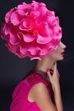 Mädchen mit großer Blume auf Kopf Stockfoto
