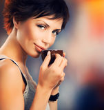 Mädchen mit Kaffee Lizenzfreie Stockbilder