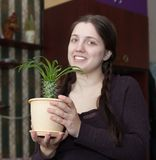 Mädchen mit Kaktus Lizenzfreie Stockfotos