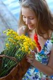 Mädchen mit Korb der Blumen Sommerstimmung, der romantische Sommer Lizenzfreies Stockbild