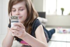Mädchen mit Mobiltelefon Lizenzfreies Stockbild