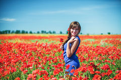Mädchen mit Mohnblumen Stockbilder
