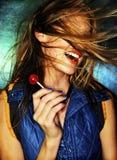 Mädchen mit rotem Lutscher und hai Stockbild
