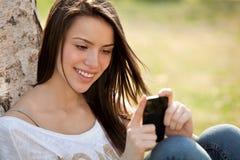 Mädchen mit Telefon Stockfoto