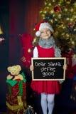 Mädchen mit Weihnachtsgeschenk Stockbilder