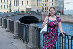 Mädchen nahe Stadtkanal Stockbilder