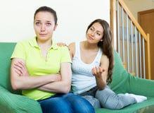 Mädchen stützt ihren Freund Lizenzfreies Stockfoto