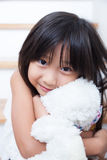 Mädchen umarmen Teddybären Stockfotografie