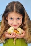 Mädchen und Hühner Stockfotos