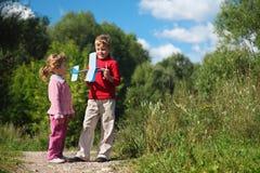 Mädchen und Junge mit Spielzeugflugzeug in den Händen Lizenzfreie Stockbilder
