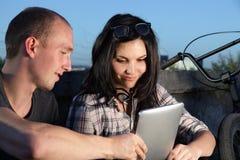 Mädchen und Junge mit Tablette PC Stockfotos