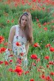 Mädchen und Mohnblumen Lizenzfreies Stockfoto