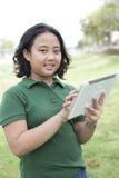 Mädchen und Tablette in der Hand Lizenzfreie Stockbilder