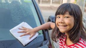 Mädchen-waschendes Auto II Stockbilder