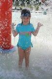 Mädchen am Wasser-Park Lizenzfreie Stockbilder