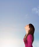 Mädchen, welches das blauer Himmel copyspace betrachtet Stockfotografie