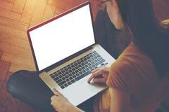 Mädchen, welches das Laptopschreiben verwendet Stockfotos