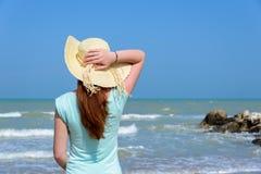 Mädchen, welches das Meer betrachtet Stockfotos