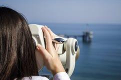 Mädchen, welches das Meer schaut Stockfoto