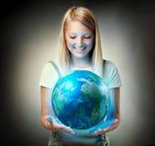 Mädchen, welches die Planeten-Erde anhält Stockfotos