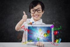 Mädchen zeigt OKAYzeichen mit Tablette und Formel Stockfotos