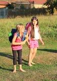 Mädchen zur Schule Stockfotos