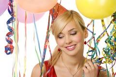 Mädchen zwischen Ballons und Farbbändern Stockfotos