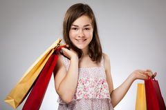 Mädchenholding-Einkaufstasche Stockfotos