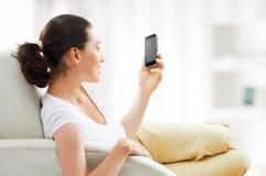 Mädchenholdingtelefon Lizenzfreie Stockfotografie